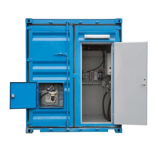 Containertank med dörrar för snabb åtkomst till bränsle och utrustning